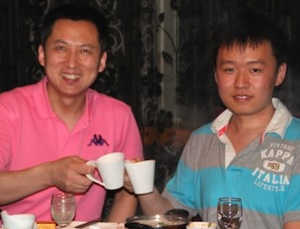 Yellow River Cup winner Hu Tian (right) celebrating with teacher Wang Jianhong (copyright s7.sinaimg.cn)