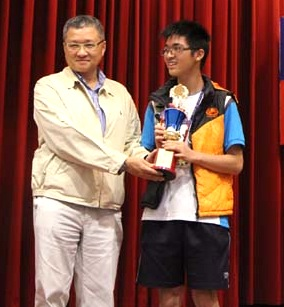 Lin Hsin-wei (right) receiving the first-prize cup from Ho Hsin-jen, director of the Taiwan Chi-Yuan (Photo: 9star.com.tw)