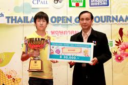 Mr. Suwit Kingkaew, Secretary General of the Go Association of Thailand, presents the championship awards to Vorawat Charoensitthisathien, winner of the high dan section.