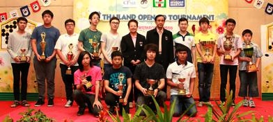 The winners and first and second runners-up in the four sections. High kyu winner Sirathep Chen is at the far right, standing next to low dan winner Phumin Kongmaung. Ms. Vanthanee Namasonthi, Vice President of Go Association of Thailand, is in the center. Low kyu winner Bunyapon Jaiaree is third from the left.