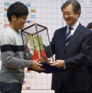 Park Jaegeun receiving cup