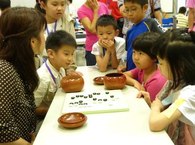Chinen Kaori and three kids playing pair go