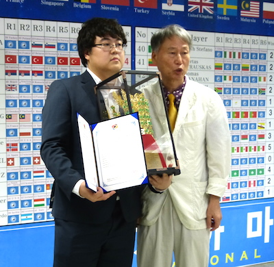 Wei Taewoong and chief referee Seo Bongsoo at the awards ceremony