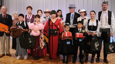 Best-dresser prize-winners and chief judge Koshino Junko (photo courtesy of the Nihon Kiin)