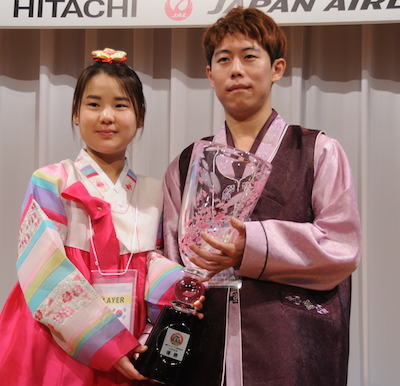 Kim Sooyoung (left) and Jeon Junhak in national costume (photo courtesy of the Nihon Kiin)