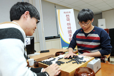 Song Jihoon (right) beats Hong Moojin by 1/2 point (photo courtesy of Cyberoro)